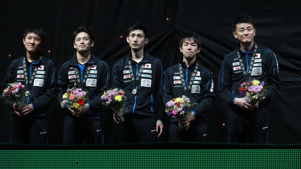 写真:2018年大会で初の銀メダルを獲得した日本チーム(左から張本智和、大島祐哉、上田仁、丹羽孝希、倉嶋洋介監督)/提供:ittfworld