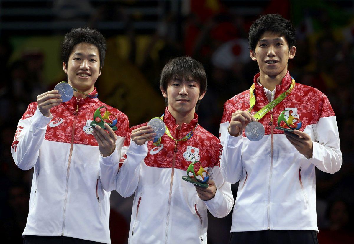 写真:リオ五輪団体銀メダルを獲得した水谷隼、丹羽孝希、吉村真晴/撮影:ロイター/アフロ